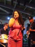 Sångaren av vägledningsmusikbandet Mindy Smokestacks sjunger in i mic Royaltyfri Foto