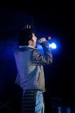 Sångaren som sjunger, bor etappkapacitet Royaltyfria Foton