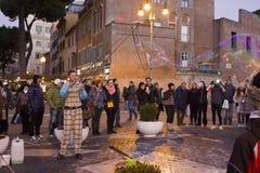 Såpbubblor för gatakonstnärdanande Royaltyfria Foton