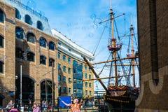 Såpbubblor för gatakonstnärdanande i London Royaltyfri Bild