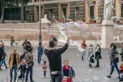 Såpbubblor för ungar arkivbilder