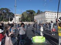 Såpbubblor i fyrkant av Rome royaltyfri foto