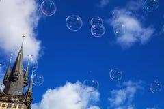Såpbubblor i himmelvänstersidan står högt det gamla stadshuset, den Prague tjecken arkivfoton