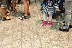 Såpbubblor på golv bland fullsatt folk fotografering för bildbyråer