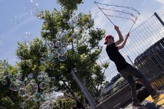 Såpbubblor på pir i Zurich Arkivfoton