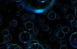 Såpbubblor som isoleras på svart bakgrund Regnbågesåpbubbla Ljust - gräsplan- och orandefärger royaltyfri illustrationer