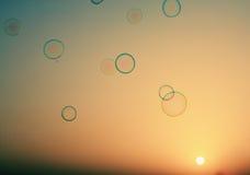 Såpbubblor som svävar i luften arkivbilder