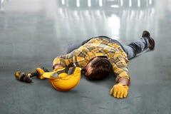 Sårad arbetare som lägger på golv Arkivfoton