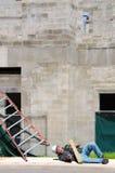 Sårad byggnadsarbetare på arbetsplatsen Royaltyfria Foton