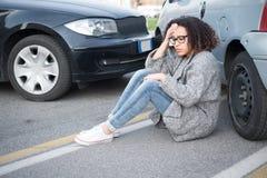 Sårad kvinna som känner sig dålig ha after bilkrasch Royaltyfri Bild