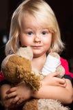 sårad pojkeholding little SAD välfylld toy Royaltyfri Bild