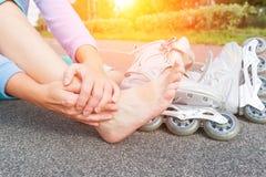 Sårad skateboradåkare med det smärtsamma benet royaltyfria bilder