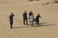 Sårad surfareräddningsaktion Arkivbild
