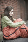 Sårbar tonårs- flicka som sover på gatan Arkivfoto