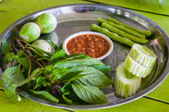 Sås av den räkadeg och chili med nya grönsaker på plattan Arkivbilder