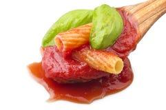 Sås av tomater med maccaronien royaltyfri fotografi
