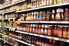 Såser och tomatketchupflaskor Arkivbild