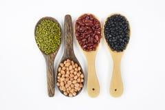 Sème le haricot de beansBlack, le haricot rouge, l'arachide et les fèves de mung utiles pour la santé dans des cuillères en bois  photos stock