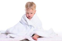 Séance caucasienne de bébé photo stock