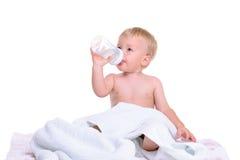 Séance caucasienne de bébé image stock