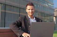 Séance confiante d'homme d'affaires Photo stock