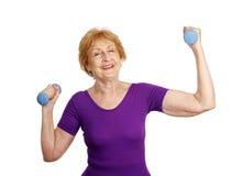 Séance d'entraînement aînée - en se soulevant pesez Photo libre de droits