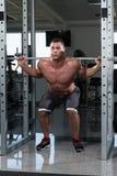 Séance d'entraînement accroupie de Barbell pour des jambes Image libre de droits