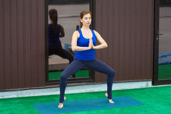 Séance d'entraînement avancée de pratique 24 de forme physique de yoga de jeune femme Photographie stock