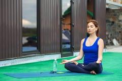 Séance d'entraînement avancée de pratique 20 de forme physique de yoga de jeune femme Images stock