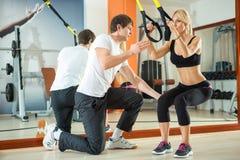 Séance d'entraînement avec des courroies de forme physique Photo stock