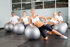 Séance d'entraînement avec la bille gymnastique Photographie stock libre de droits