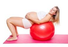 Séance d'entraînement avec la boule de forme physique pendant la grossesse Photo stock