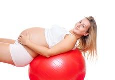 Séance d'entraînement avec la boule de forme physique pendant la grossesse Image libre de droits