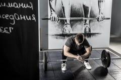 Séance d'entraînement avec le barbell dans le gymnase Photos libres de droits