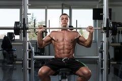 Séance d'entraînement d'épaules avec le Barbell Photos stock