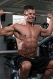Séance d'entraînement d'épaules avec le Barbell Photo stock