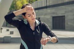 Séance d'entraînement d'exercice actif de jeune femme sur la rue extérieure images stock