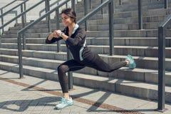 Séance d'entraînement d'exercice actif de jeune femme sur la rue extérieure Photos stock