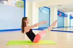 Séance d'entraînement d'exercice d'énigme de femme de Pilates au gymnase image libre de droits