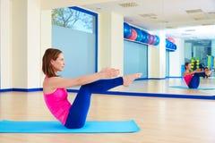 Séance d'entraînement d'exercice d'énigme de femme de Pilates au gymnase photos libres de droits