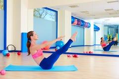 Séance d'entraînement d'exercice d'énigme de femme de Pilates au gymnase images libres de droits