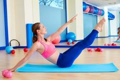 Séance d'entraînement d'exercice d'énigme de femme de Pilates au gymnase images stock