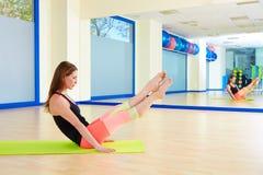 Séance d'entraînement d'exercice de boomerang de femme de Pilates au gymnase Photos libres de droits