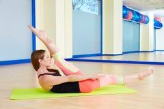 Séance d'entraînement d'exercice de ciseaux de femme de Pilates au gymnase Photos libres de droits