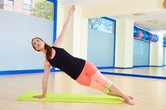Séance d'entraînement d'exercice de courbure de côté de femme de Pilates au gymnase Photo stock