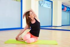 Séance d'entraînement d'exercice de sirène de femme de Pilates au gymnase Photographie stock