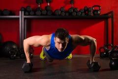 Séance d'entraînement d'haltères de sortilège d'homme de force de pompe au gymnase photographie stock