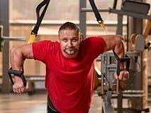 Séance d'entraînement d'homme de la forme physique TRX photo libre de droits