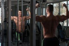 Séance d'entraînement de biceps avec des câbles Images stock