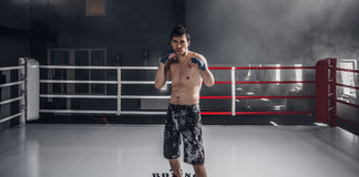 Séance d'entraînement de boxe de jeune homme sur l'anneau Photos stock
